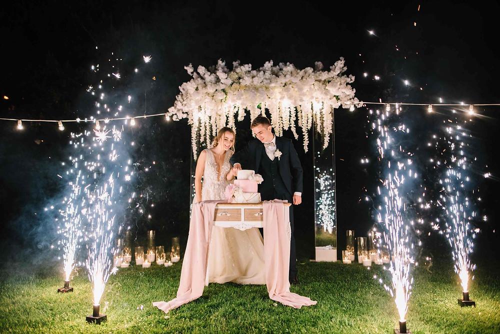 разрезание свадебного торта, как красиво подать торт на свадьбе, холодные фонтаны на разрезание торта