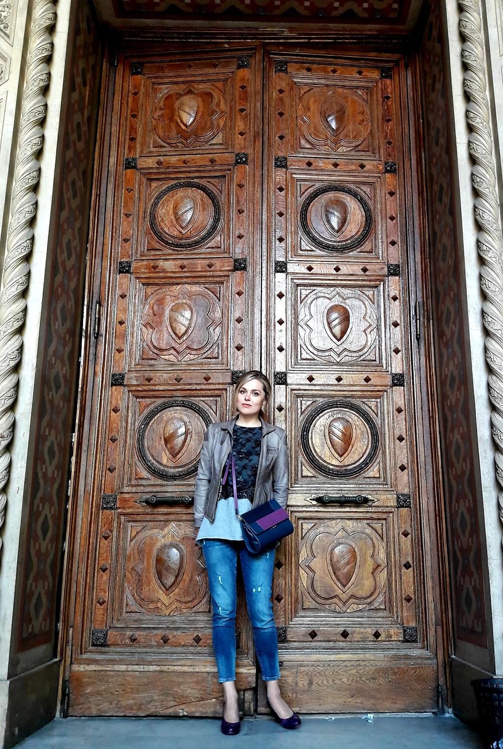 красивая внушительная входная дверь из ливанского кедра, Мария Зюзькова (MuZa-wedding) в Одесской филармонии
