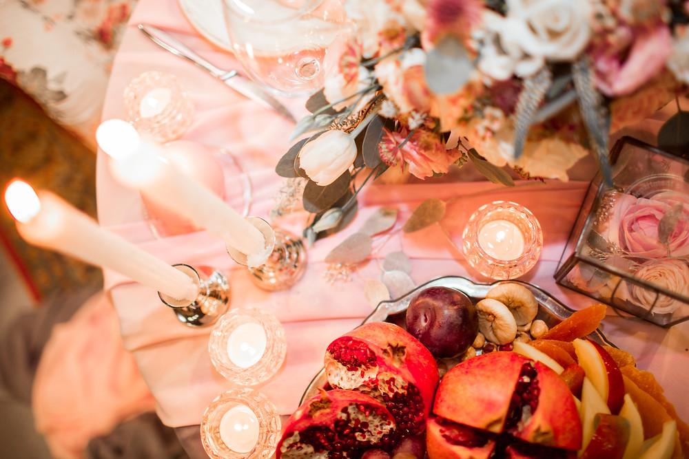 Декор стола для романтического предложения руки и сердца от свадебного агентства MuZa-wedding: розы, тюльпаны, альстромерия, свечи, гранат, слива, манго, инжир