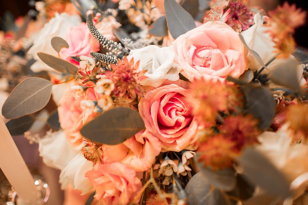 Обручальное кольцо в букете цветов, предложение руки и сердца, сюрприз