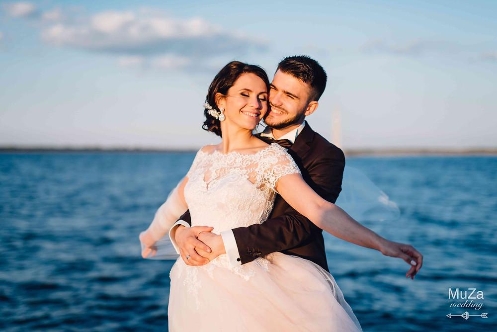 жених и невеста на берегу моря, нежный поцелуй