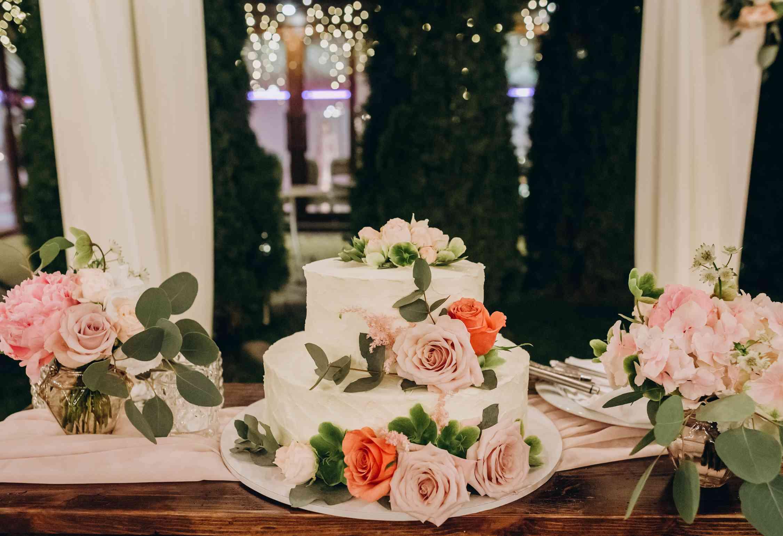 свадебный торт, живые цветы