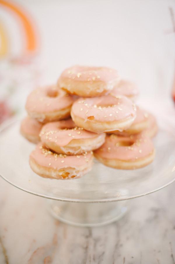 Источник: http://www.stylemepretty.com/ Сладкие пончики, капкейки, макароны (макаруны), кенди-попс на свадьбе - это мило и вкусно. Но мы же их видем практически на каждой свадьбе