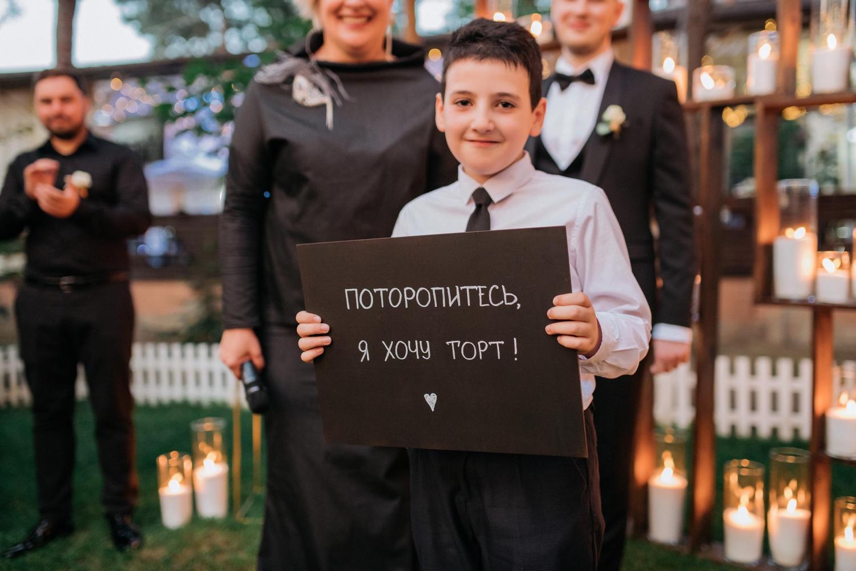 Мальчик с табличкой на свадьбе