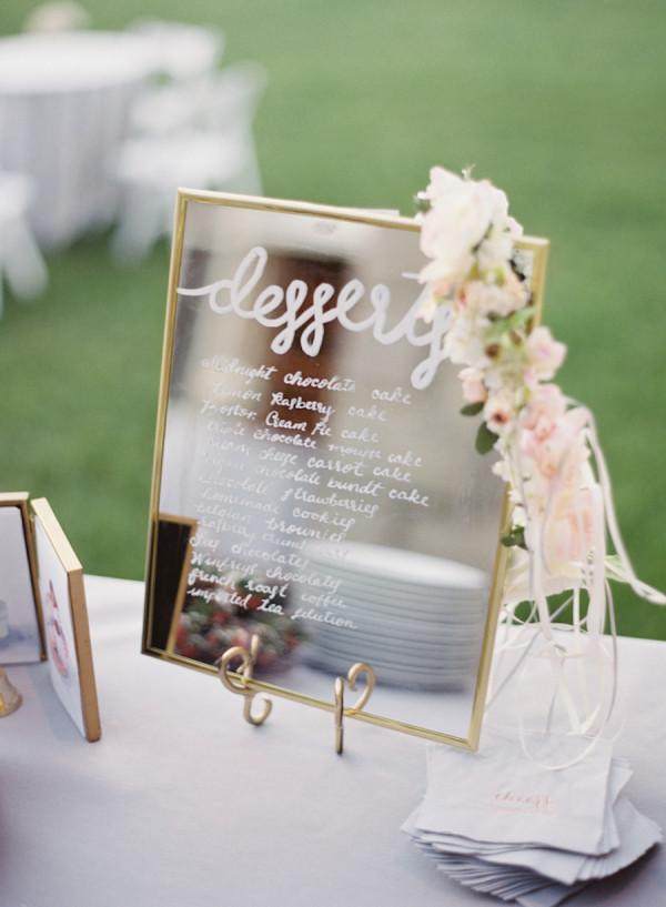 каллиграфия на зеркальной табличке на свадьбе  выглядит элегантно и утонченно