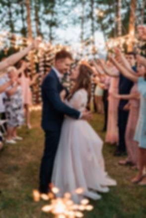 Невеста Юлия и жених Константин н свадьбе во время вечерней свадебной цермонии, фотосессия гостей на свадьбе с бенгальскими огнями