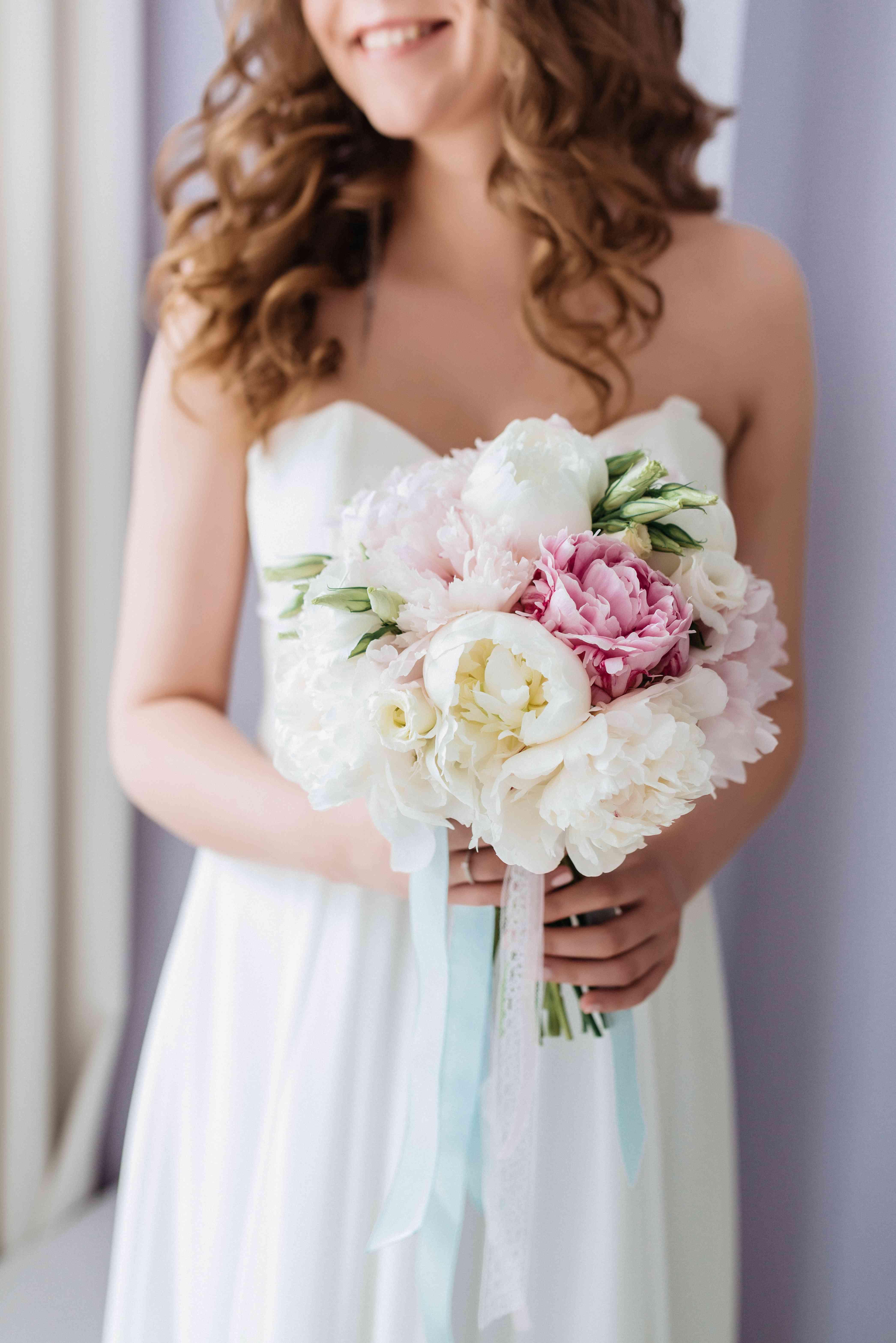 букет невесты из пионов - классика