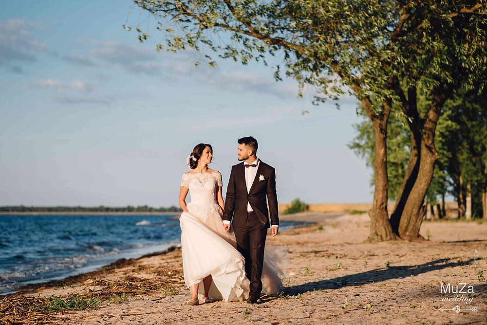 Вместе по жизни за руки держась - красивая история Юлии и Сержи, жених и невеста на берегу киевского моря, организация - свадебное агентство MuZa-wedding