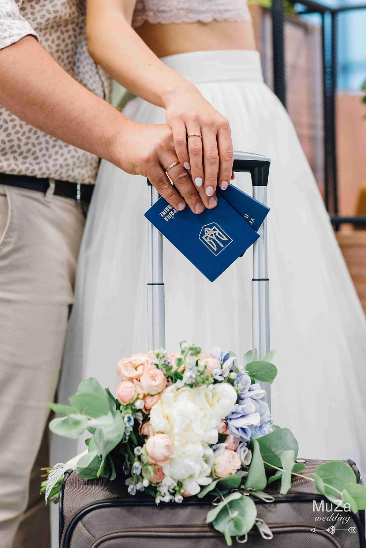 расписаться и улететь в свадебное путешествие, медовый месяц, фото сессия в аэропорту, свадьба для двоих, организация свадьбы