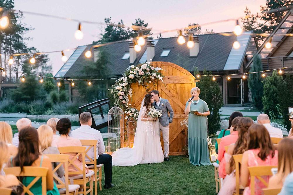 Вечерняя свадебная церемония Даши и Артура, свадебный организатор - агентство MUZA-wedding (муза вединг). Вместо арки - двери, как символ начала нового этапа жизни, воздушная белая флористика, лампочки, гирлянды и свечи в декоре свадебной церемонии. Церемониймейстер - Оксана Вотум