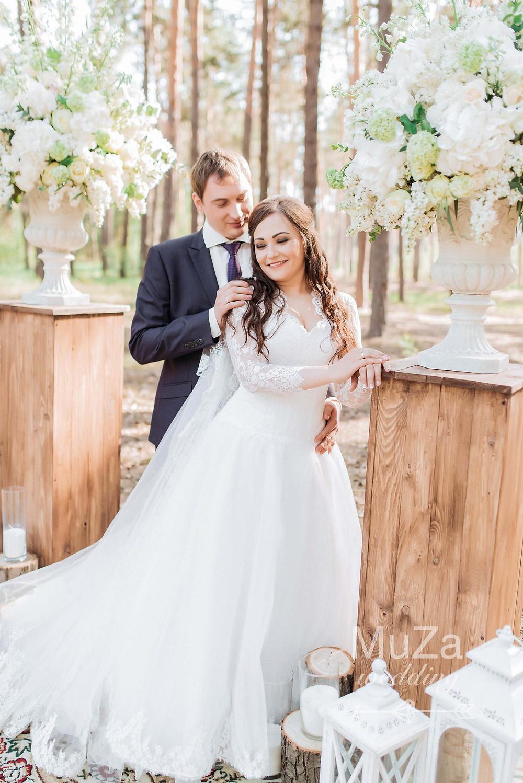 Красивая свадебная церемония Евгения и Евгении в сосновом лесу, Киве, Вышгородчкий район, Украина