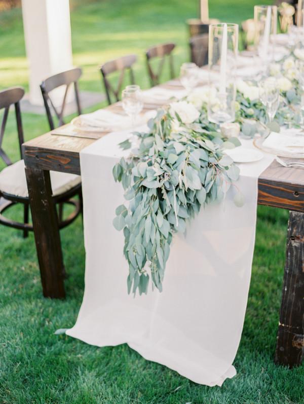 Гирлянда из зелени (эвкалипт) на середине стола - прекрасный способ придать декору естественность и романтичность. Но пора уже придумать что-то новенькое!