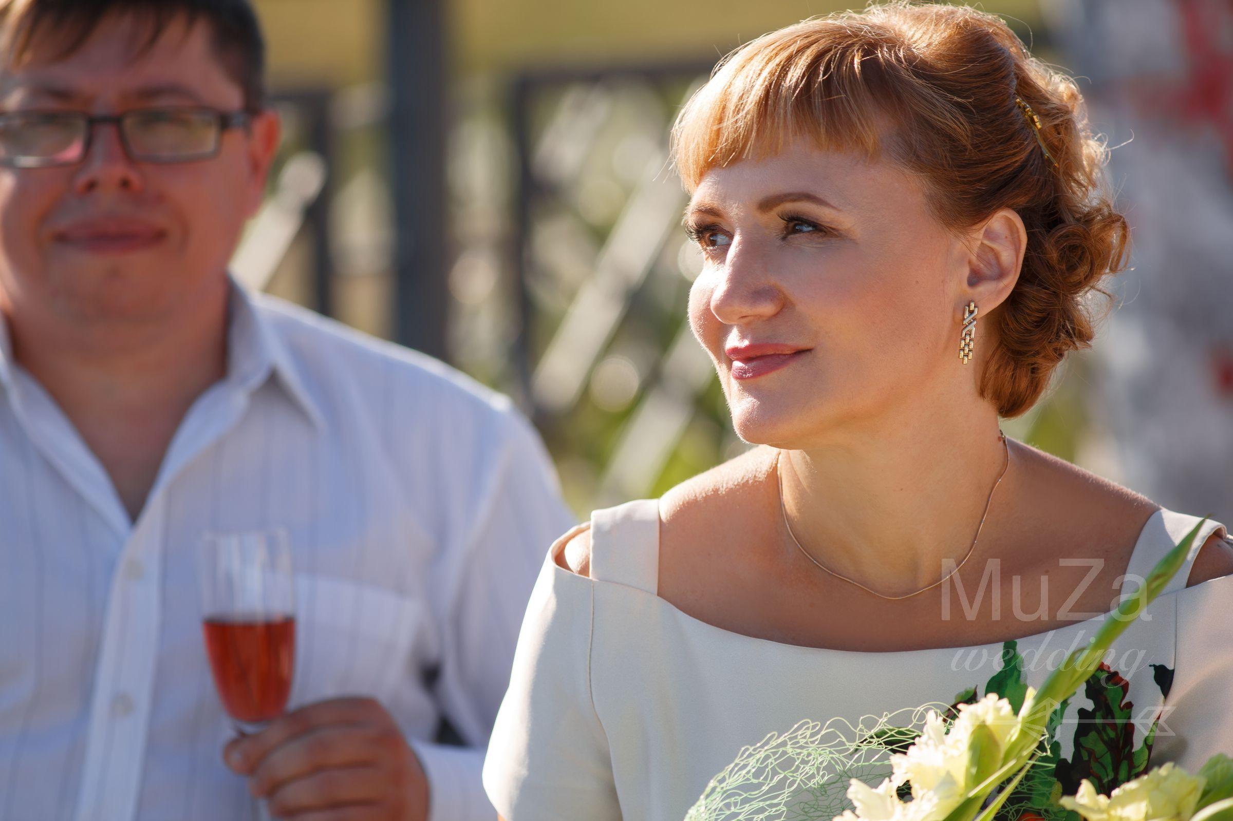 гости на свадьбе ожидают молодоженов