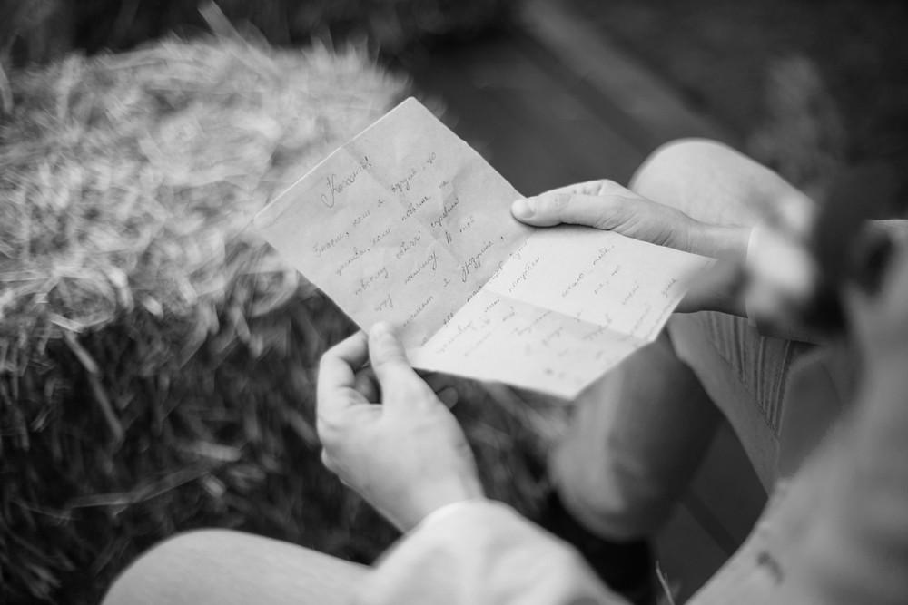 Жених читает трогательное письмо любви от невесты утром перед началом свадебной выездной церемонии, организация свадьбы в Киеве свадебное агентство MuZa-wedding