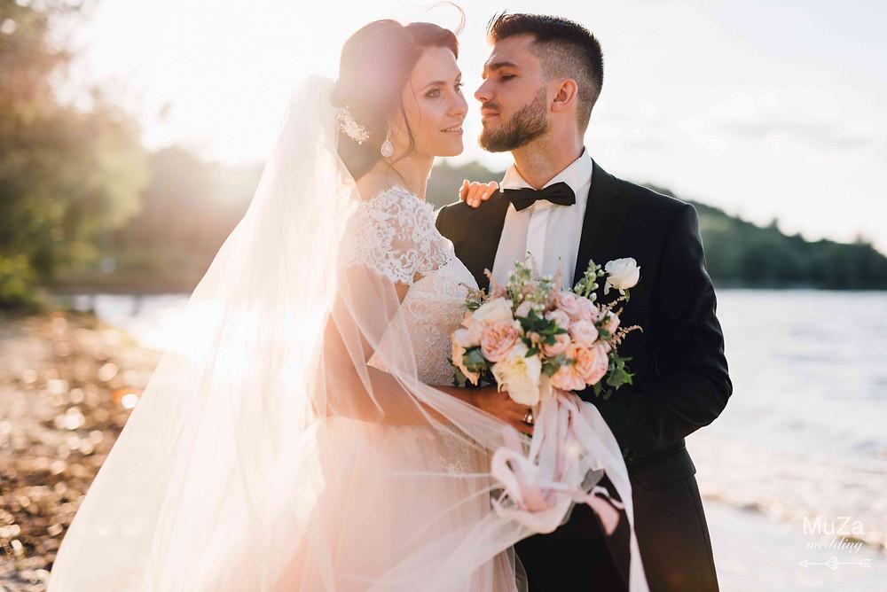 Жених и невеста, фотосессия на берегу Киевского моря, шикарные образы молодоженов, нежный элегантный букет
