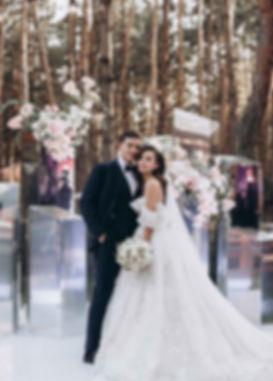 свадьба в лесу в Киевском рсторане Fabius. Свадебная цермония с зеркальными колоннами, стильный жених и красивая невеста, диадема для невесты