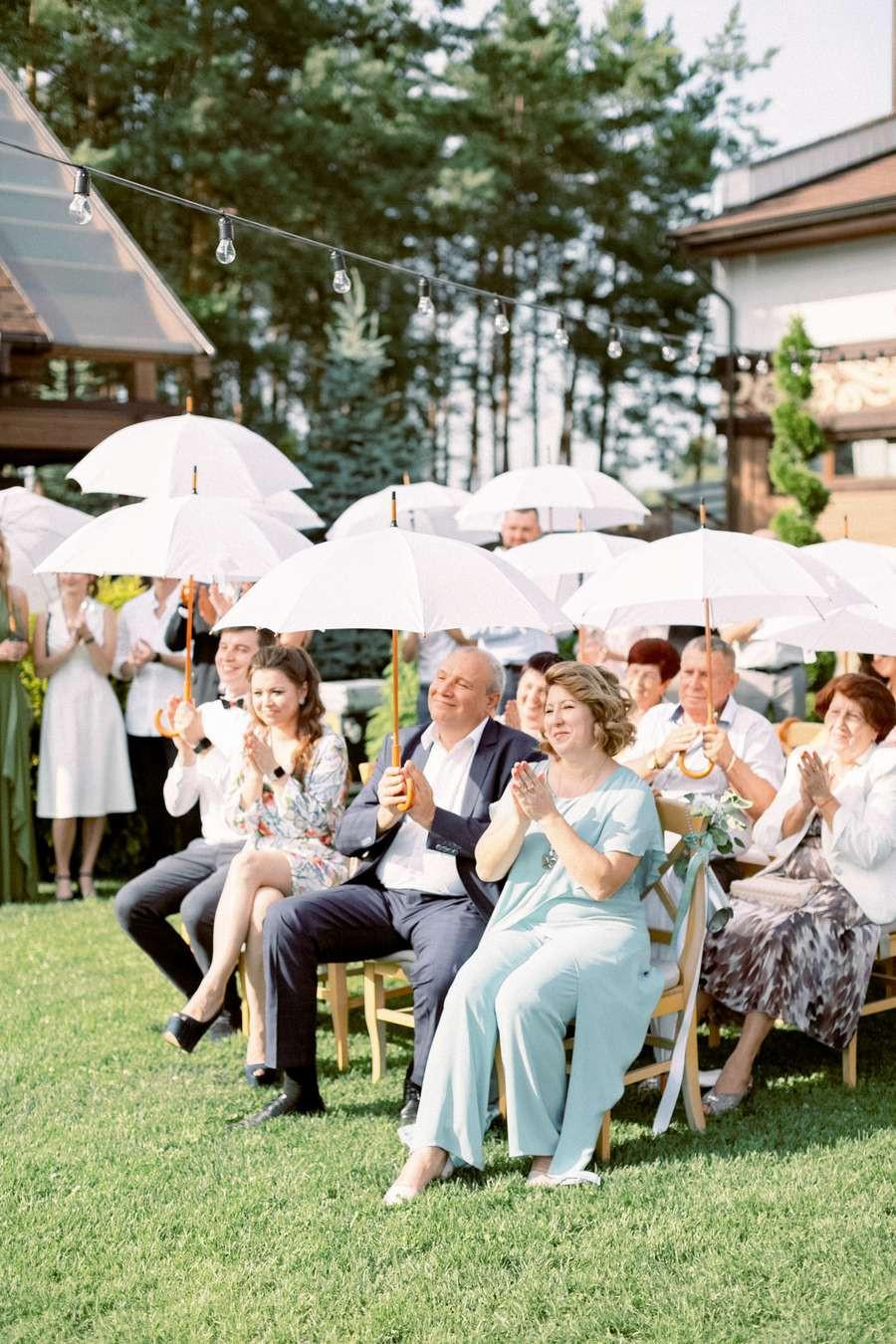 свадьба летом, под солнцем, что делать если жарко, свадебная церемония, гости под зонтами, белые зонты на свадьбу, Киев, арендовать зонты на свадьбу, Украина, свадебное агентство муза-вединг, MUZA-wedding