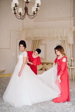 утро невесты в окружении подруг