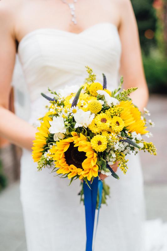 свадебный букет невесты: подсолнухи и хризантемы прекрасно сочетаются с полевыми травами, а голубая лента добавила букету патриотичности. Свадебное агентство Киев MuZa-wedding