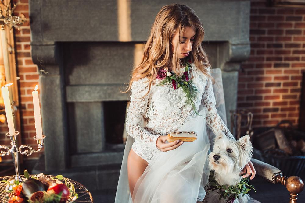 Стильная будуарная съемка утра невесты в ресторане замкового стиля, невеста Ирина дразнит эклером милого песика Филю