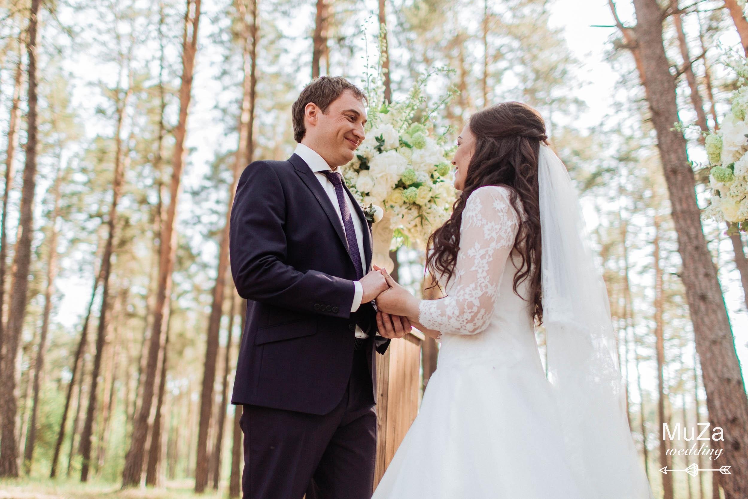 Красивая элегантная свадьба в лесу