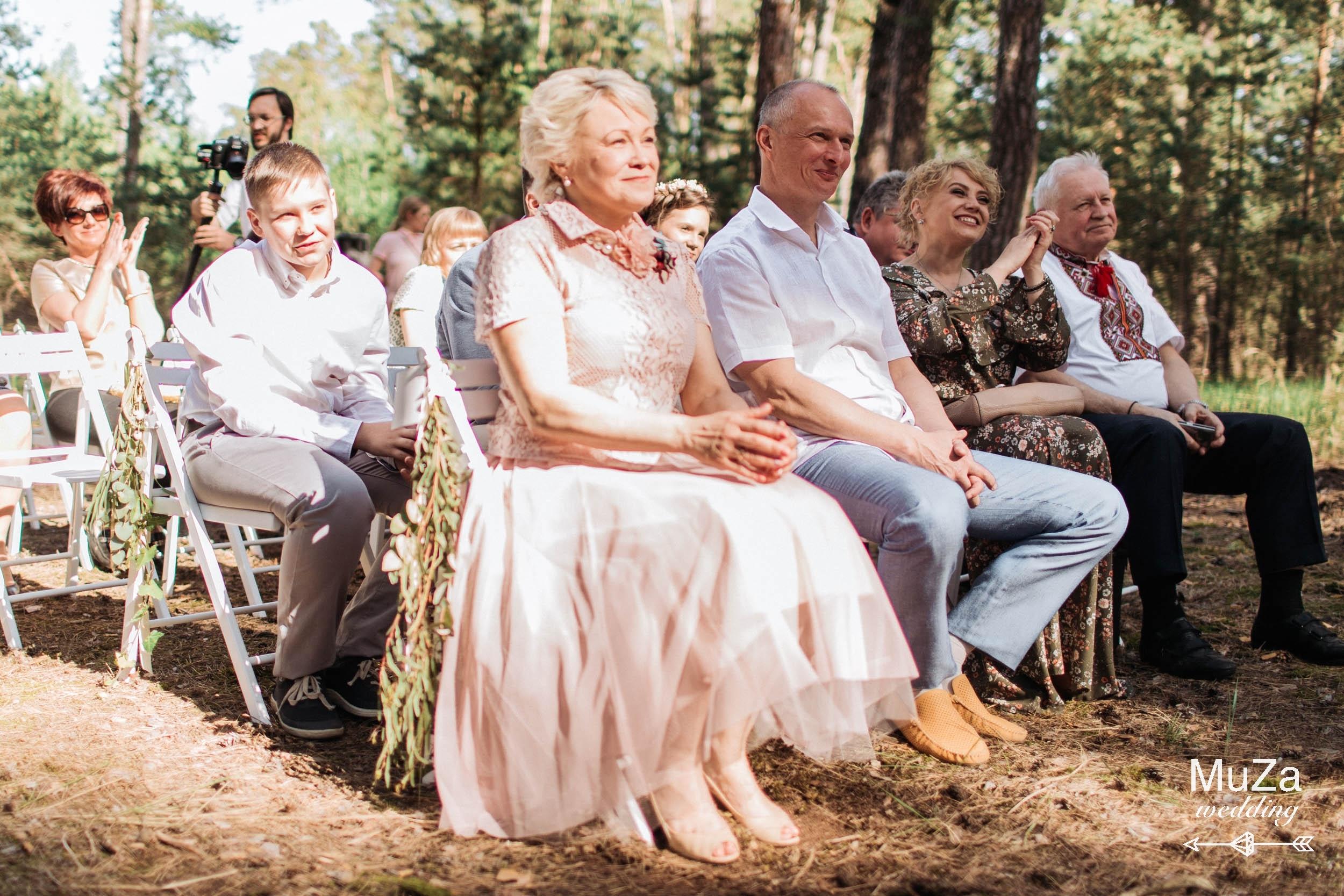 гости на свадебной церемонии в лесу