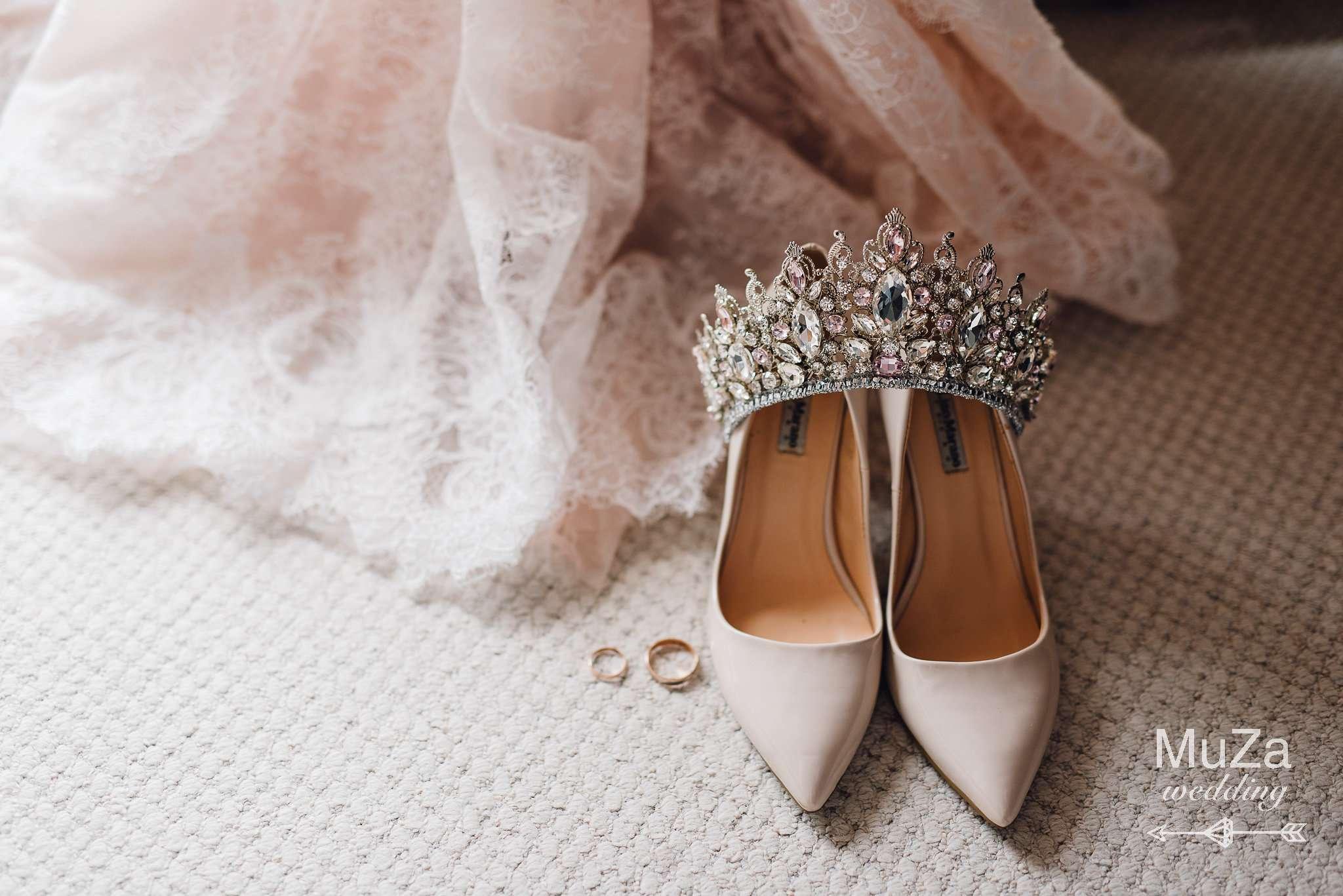 Свадебные детали: туфли, корона