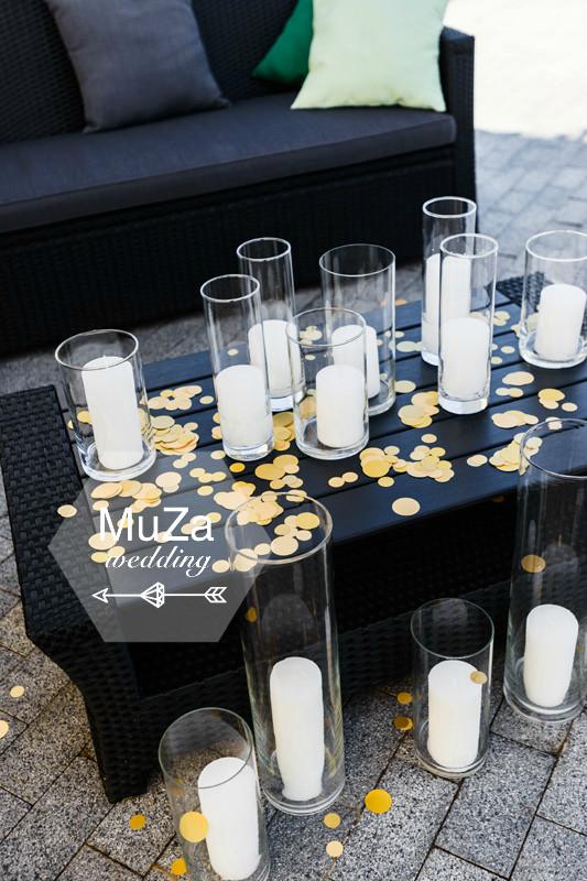 Стеклянные к, свечи и золотое конфетти - отлично украсили лаунж-зону на свадьбе Елены и Остапа. После захода солнца свечи зажгли и свадьба стала еще уютнее и теплее