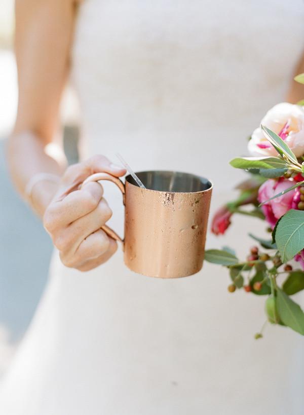 Источник: http://www.stylemepretty.com/ Медная кружка на свадьбе: напитки гостям на свадьбе можно подать в такой необычной таре. Это можно, стильно, элегантно и свежо