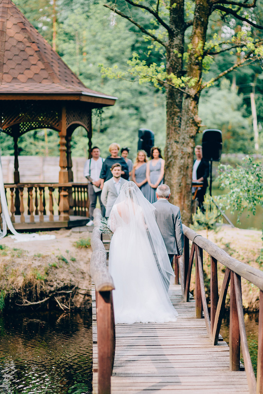 Отец ведет невесту во время свадебной церемонии, передает невесту в руки жениху, необычная свадебная церемония на острове