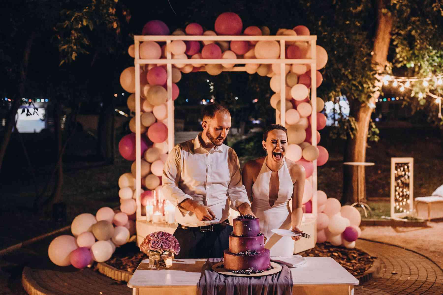 вечернее разрезание торта на свадьбе