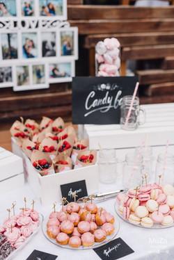 сладости и ягоды на летней свадьбе
