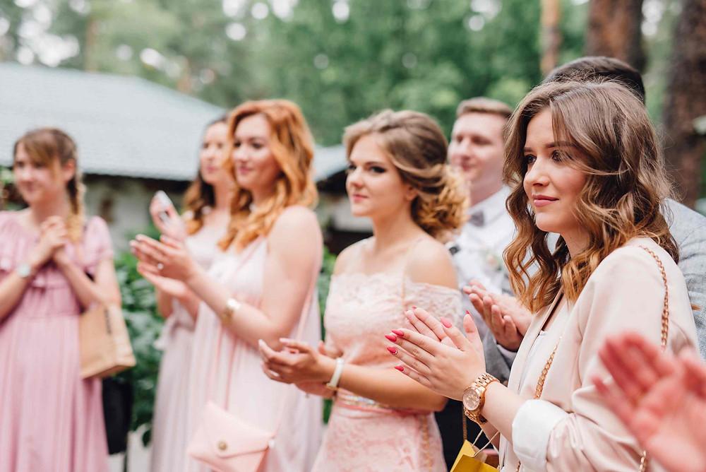 Гости на свадьбе Александры и Артема поддержали дресс-код и пришли в нарядах цвета пудры