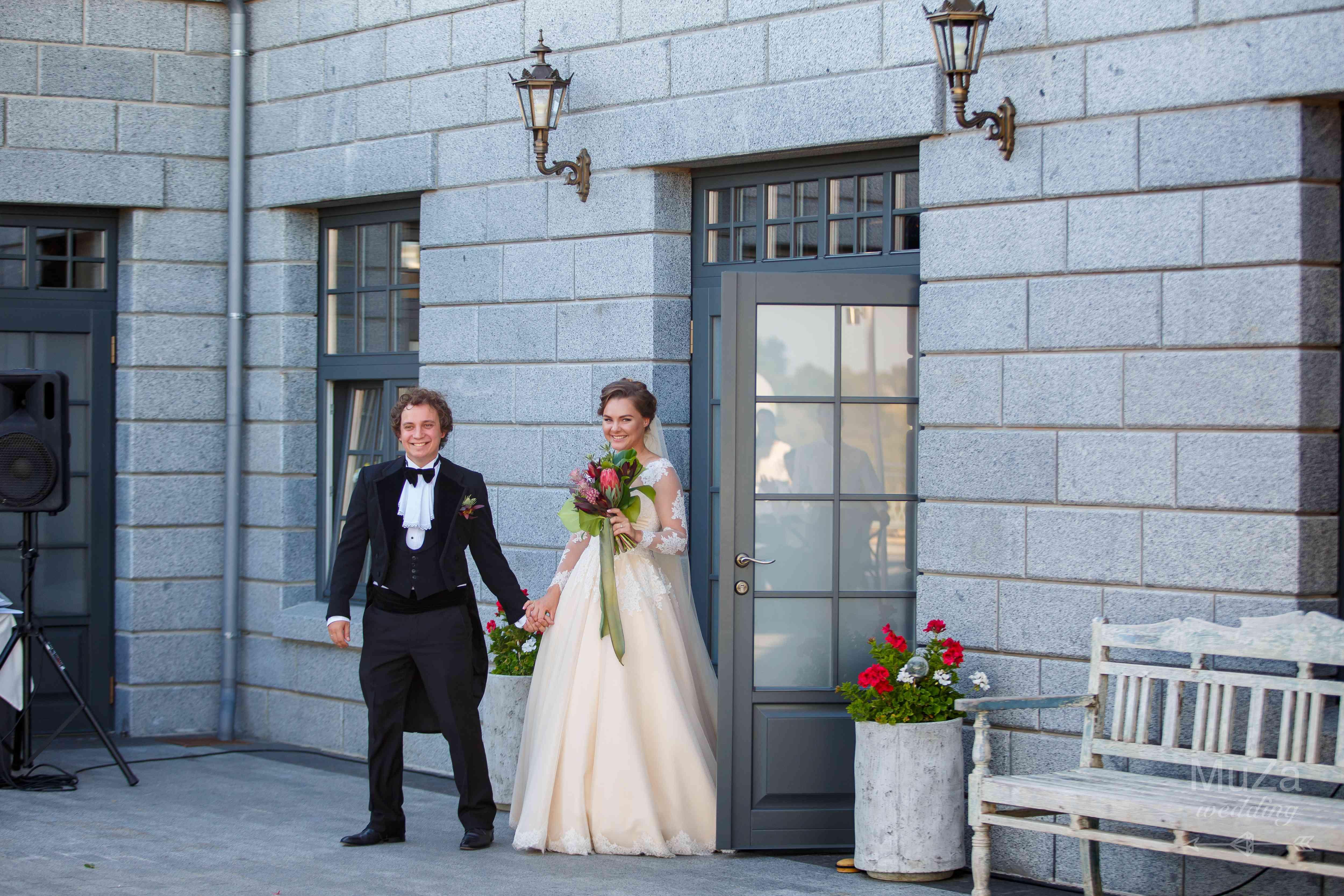 появление жениха и невесты на банкет