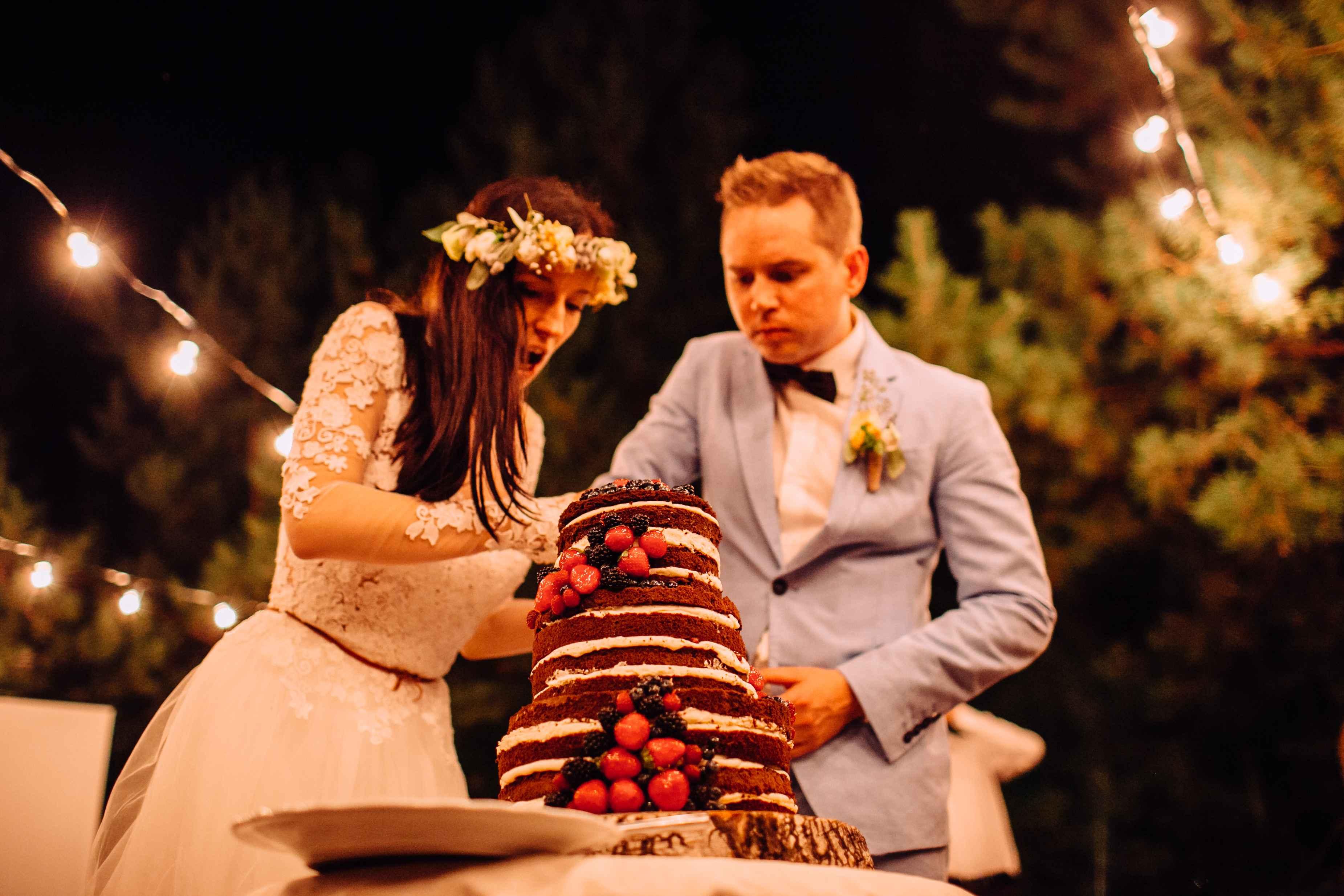 молодожены разрезание торта свадьба