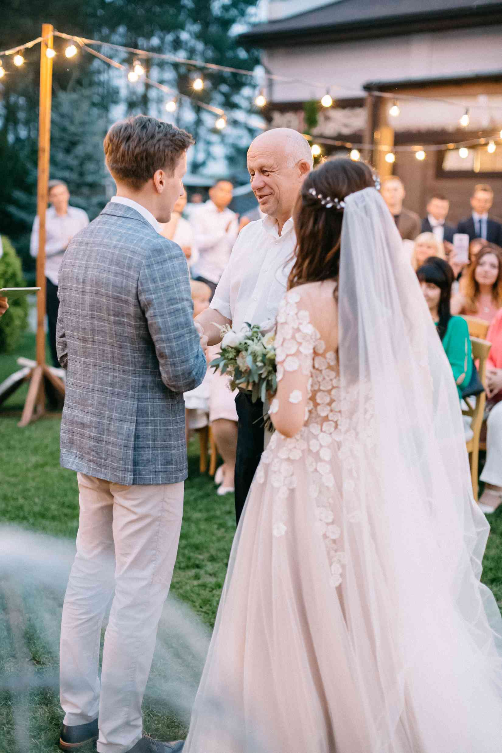 папа передает невесту жениху
