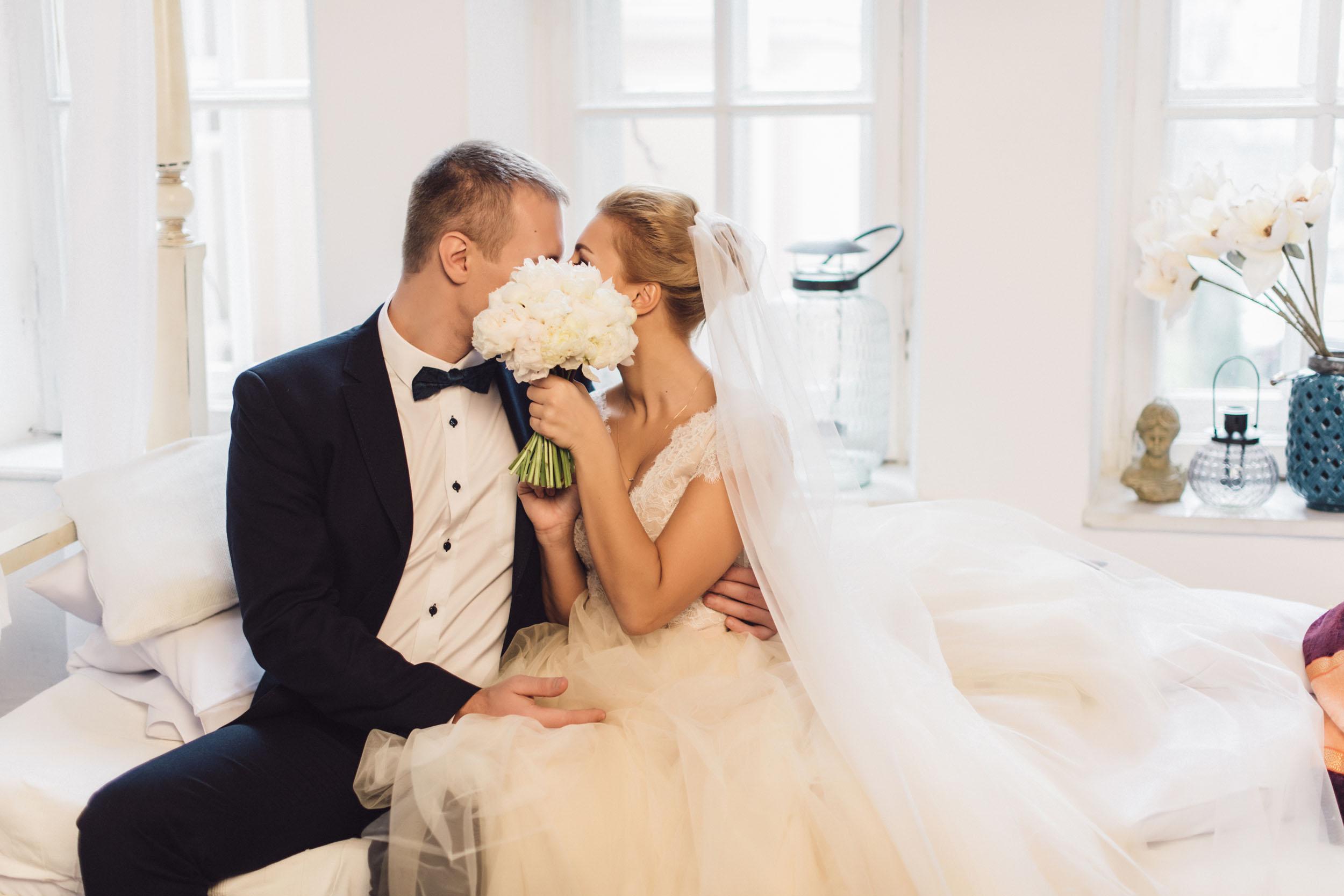 жених и невеста, поцелуй, букет