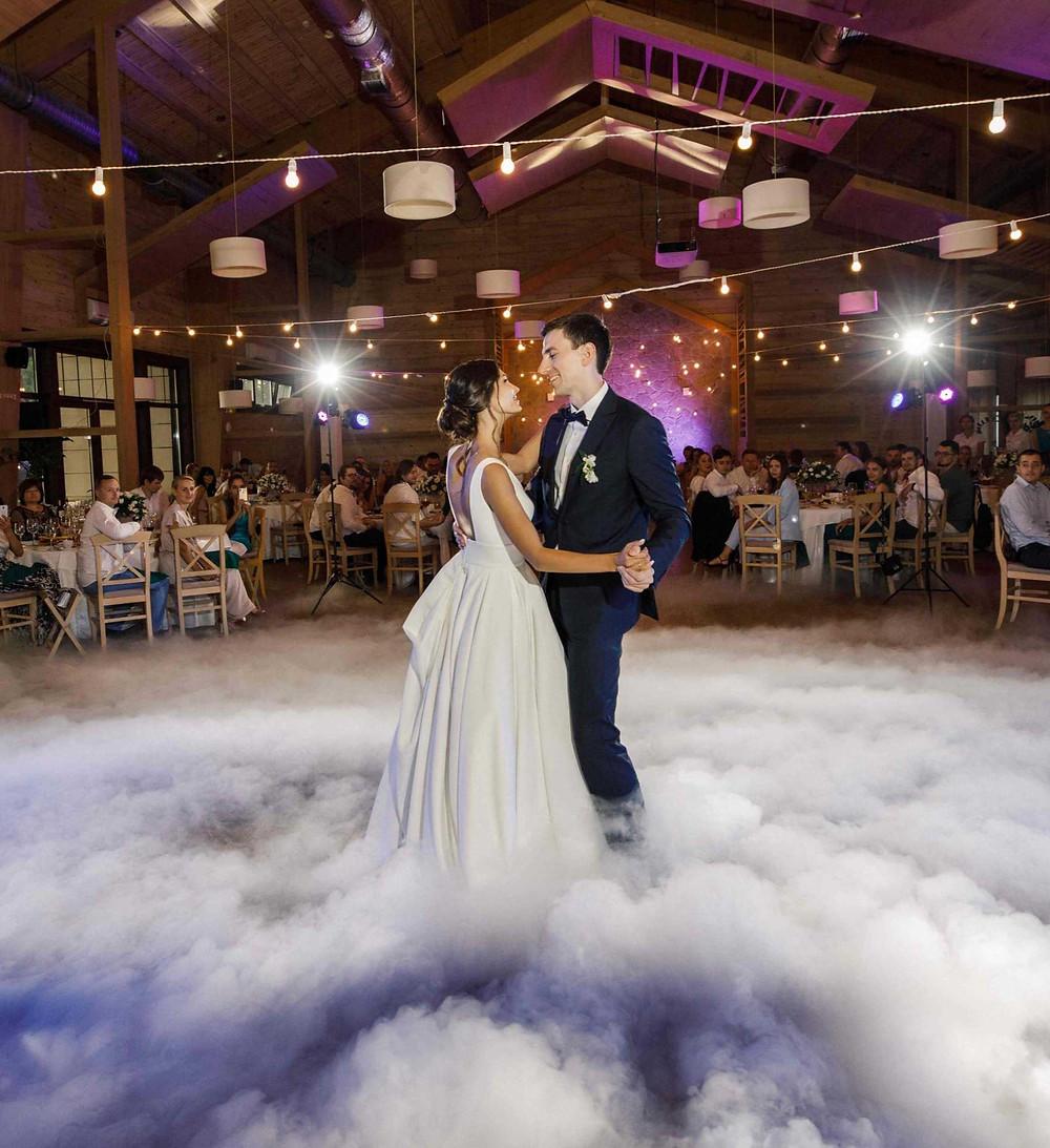свадьба, Киев, Трипольское Солнце, ресторан, первый танец, тяжелый дым, дым во время танца, жених и невеста, танцуют, фото, Александр и Марго, фотографы, Украина