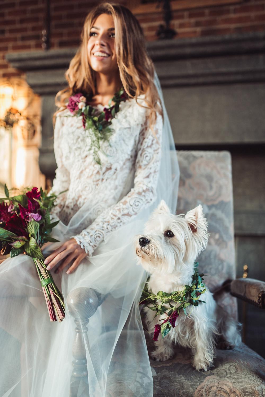 Мы создали специально для будуарной съемки утра невесты Ирины уникальный образ, создали нежные цветочные аксессуары, подобрали подходящую локацию, продумали стиль съемки