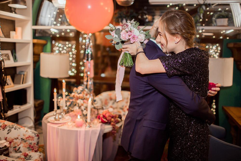 Финал романтического предложения руки и сердца: жених и невесты, объятья, обручальное кольцо, она сказала Да!