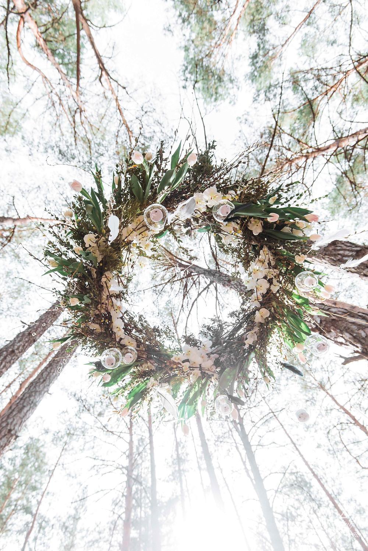 """Фотопроект """"Пробуждение"""": подвесная конструкция люстры из лозы, вербы, веток, цветов, тюльпанов и перьев. Организация  - свадебное агентство MuZa-wedding"""