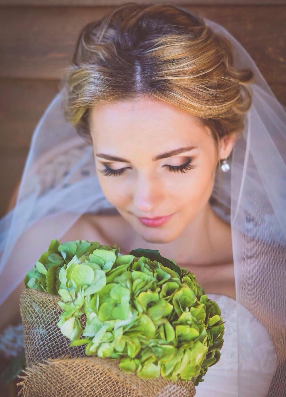 Образ невесты, свадебный макияж и свадебная прическа - одна из самых главных составляющих успеха свадебного дня. Ведь именно от того, на сколько невеста довольна своим внешним видом, зависит настроение невесты и успех всей свадьбы