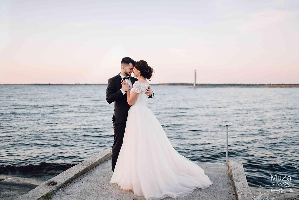 фотосессия на берегу моря на закате, жених и невеста, нежность, любовь, поддержка, доверие