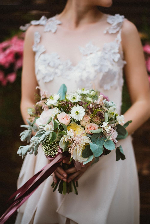В свадебном сезоне 2016 флористы смело сочетают элитные дорогие цветы (роза дэвида остина, роза охара) с сезонными садовыми цветами и различной зеленью (листьями розмарина, мяты, оливы, даже вишни и жасмина). Получаем яркие, смелые и неожиданные сочетания. А свадебный букет каждой невесты оказывается уникальным и неповторимым