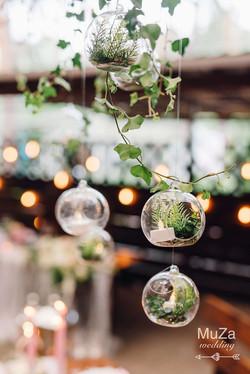 стеклянные шары с цветами на свадьбе