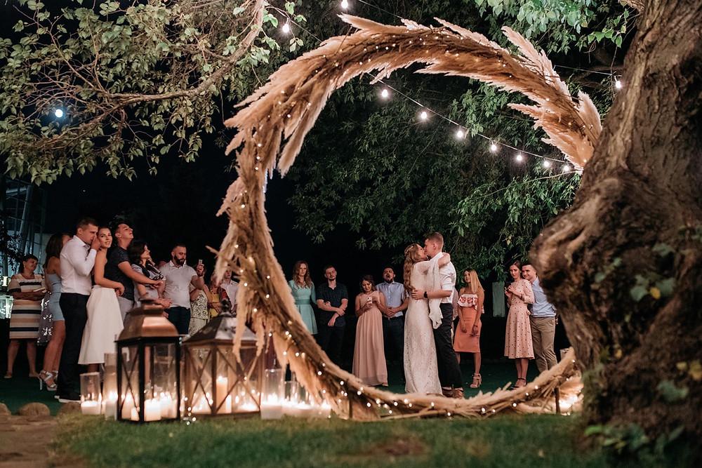 Организовать вечернюю (ночную) свадебную церемонию в Киеве - просто. Круглая арка на вечерней церемонии Ильи и Карины от свадебного агентства в Украине MUZA-wedding (муза вединг)