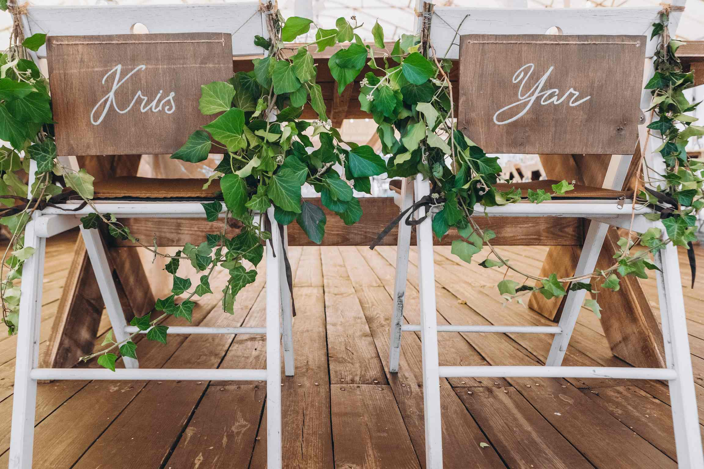 декор свадебных стульев на свадьбе