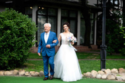 дедушка ведет невесту на церемонию