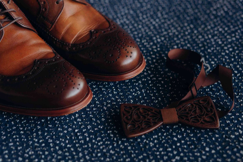 утро жениха детали: туфли, бабочка