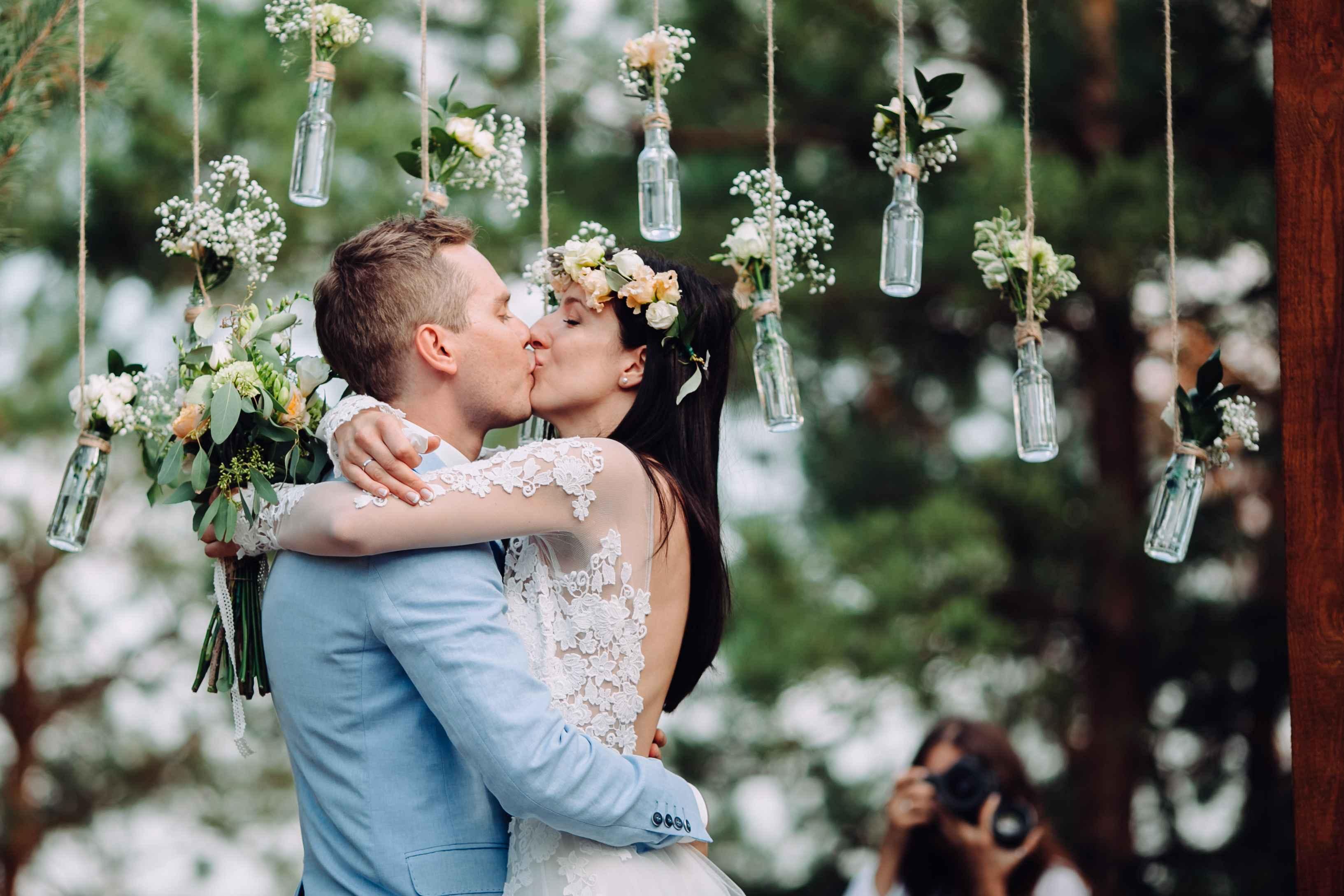 поцелуй жениха и невесты на свадьбе